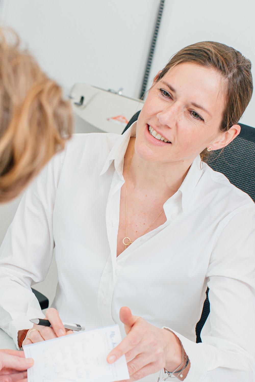 Hausarzt Bonn Gronau - Dr. Stephanie Sippel im Patientengespräch